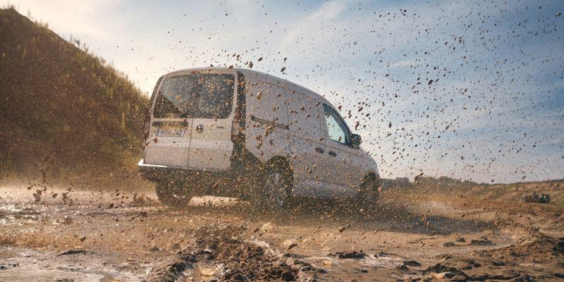 VW Caddy Cargo med 4MOTION på lerig väg