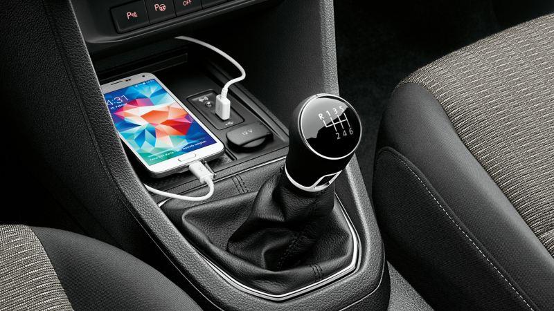 vw Volkswagen Caddy liten varebil interiør førerhus USB-kabel lader smarttelefon mobiltelefon