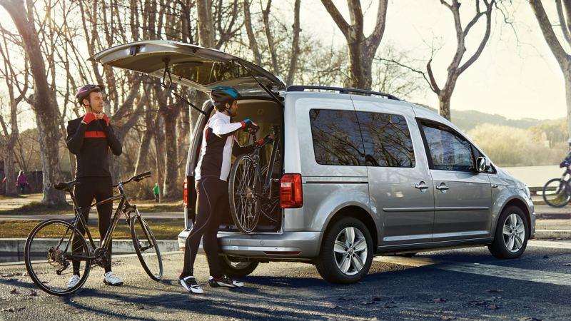 Två cyklister packar ur cyklar från en VW Caddy