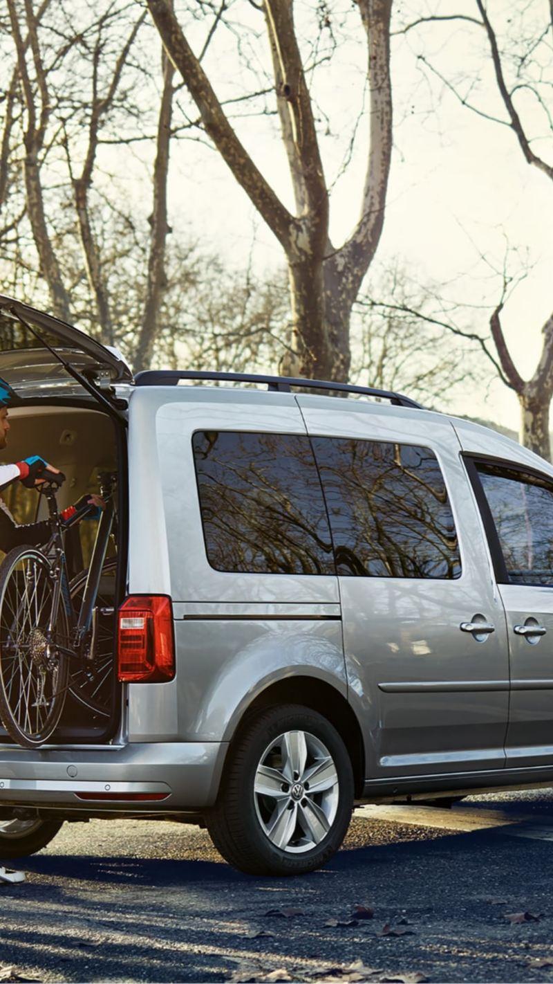 Cyklister lastar av sina cyklar från en VW Caddy
