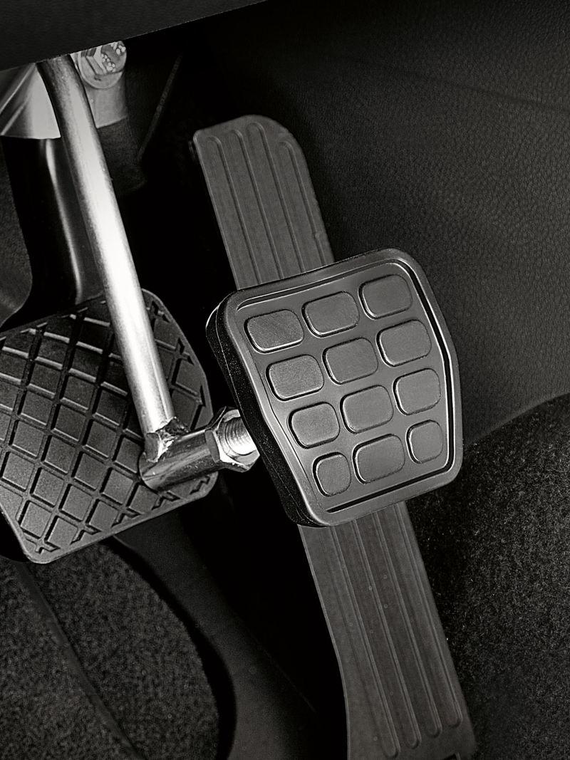 Ein Bremspedalaufsatz in Großaufnahme.
