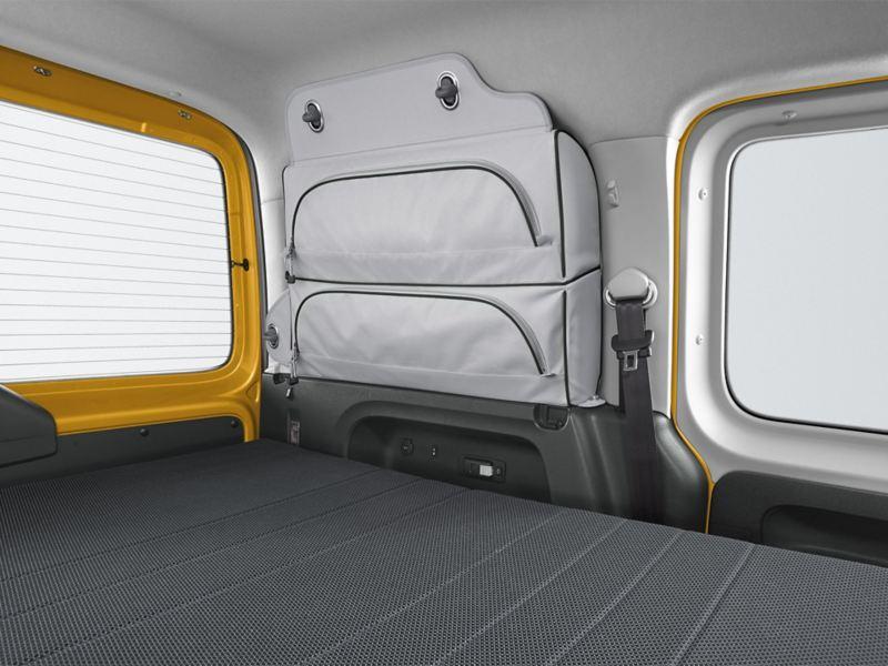 """Caddy Beach pack """" Camping """" de série.  une table de camping, deux chaises pliantes et une grille d'aération pour la porte coulissante"""