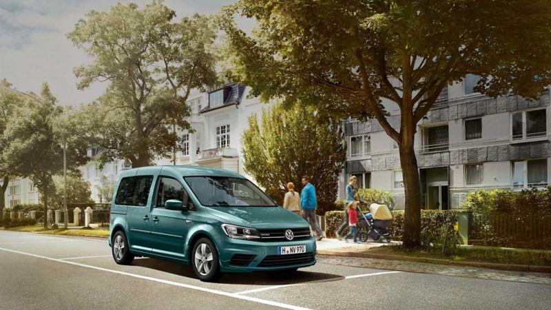 vw Volkswagen Caddy TGI biogass gassdreven varebil liten miljøvennlig familiebil by parkeringsplass familie fortau boligblokk