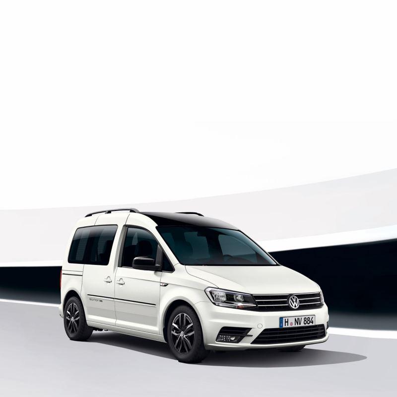 Biały Volkswagen Caddy Edition 35 przed futurystycznym, czarno-białym tłem.