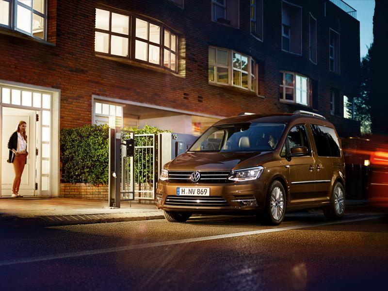 Caddy Highline Chestnut Brown von Volkswagen Nutzfahrzeuge parkt vor Wohnhaus.