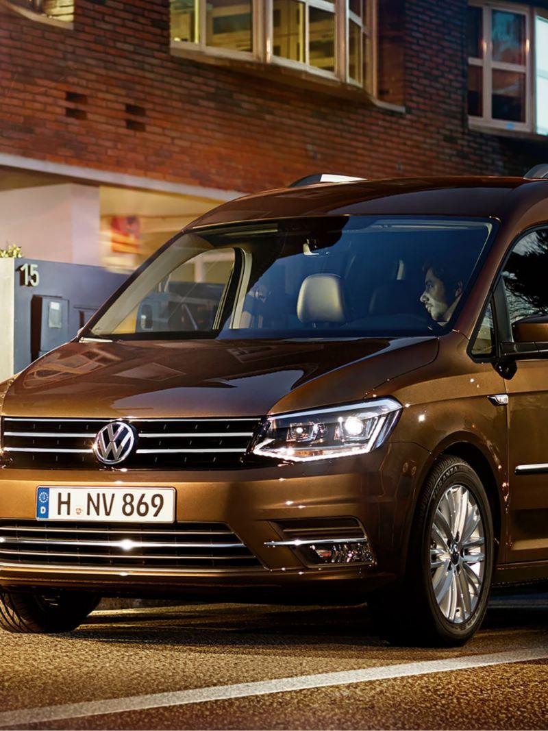 Volkswagen Caddy Personbil 7-sits familjebil utanför lägenhet