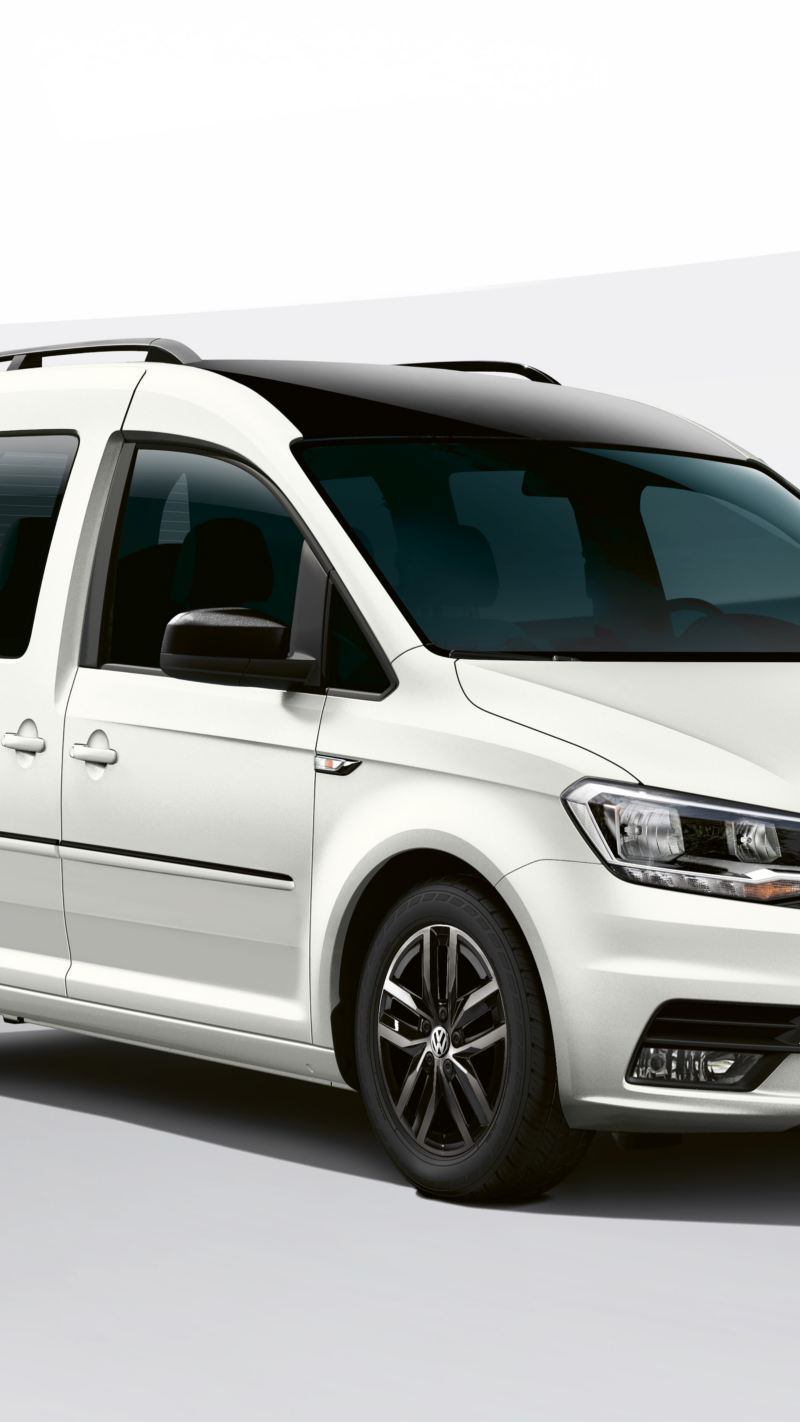 Ein weißer Caddy Edition 35 vor einem futuristischen, schwarzweißen Hintergrund.