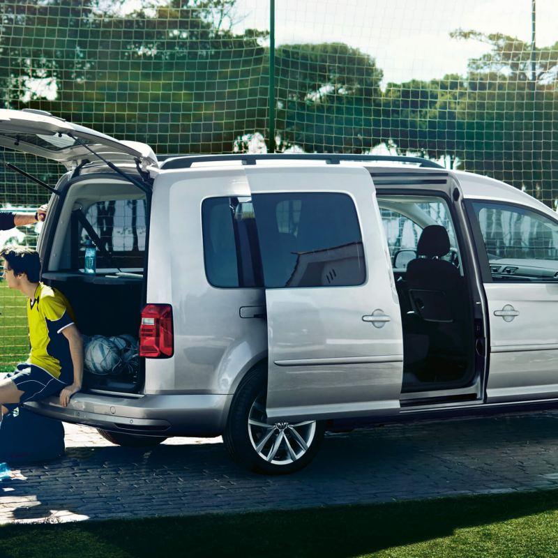 ABT e-Caddy Maxi Trendline och ett fotbollslag