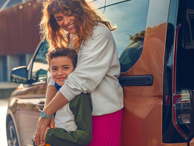 vw Volkswagen nye Caddy Maxi familiebil flerbruksbil personbil familie mor og sønn