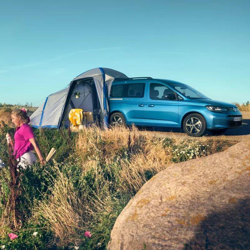 Le Caddy California avec sa tente sur une dune.