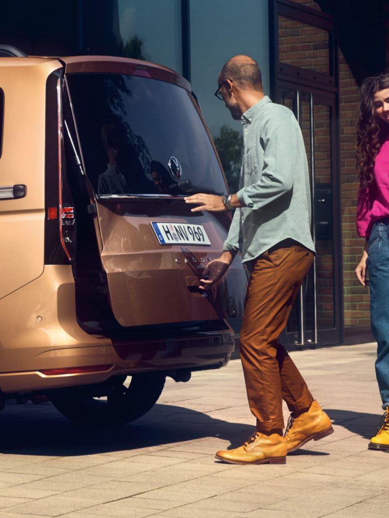 Der neue Volkswagen Caddy im Anschnitt seitlich von hinten.