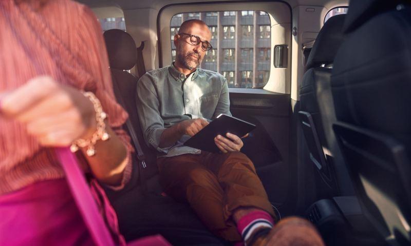 Um homem sentado na confortável Volkswagen Caddy.