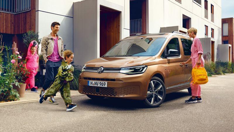 Familj vid en Volkswagen Caddy familjebil