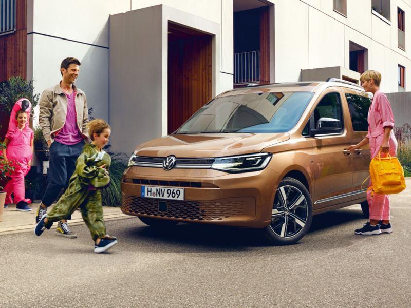 Eine Familie rennt zum neuen Caddy.