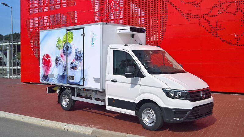 Volkswagen Crafter w zabudowie chłodnia/izoterma na podwoziu.