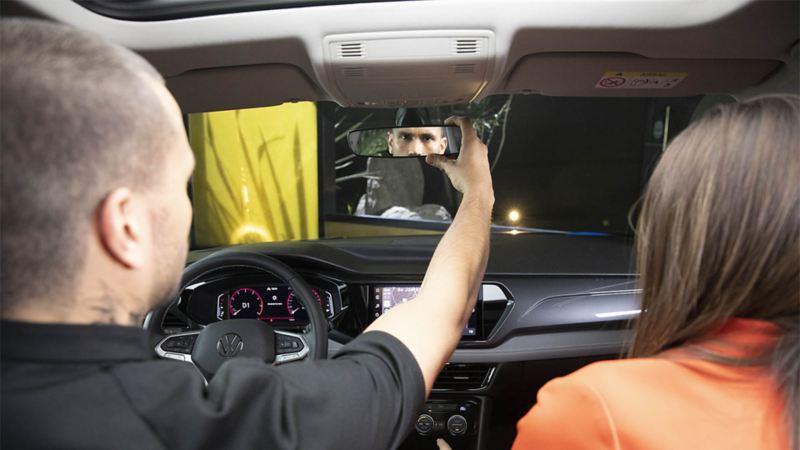 Pareja en cita celebrando 14 de febrero a bordo de automóvil Volkswagen