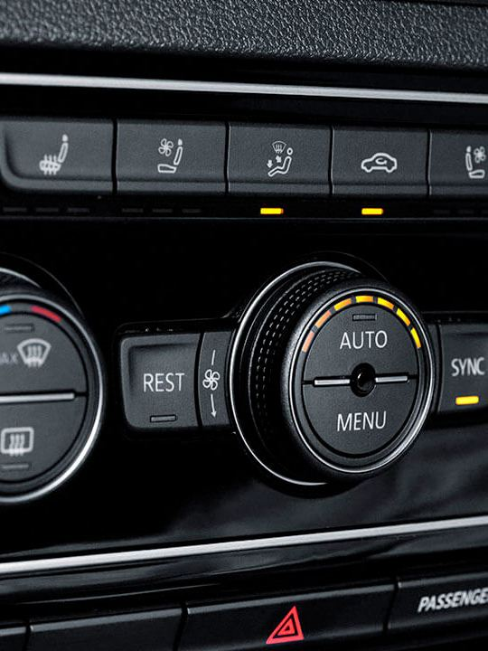 Controles para climatronic de tres zonas presentes en interior de SUV Teramont 2019 para mayor comodidad