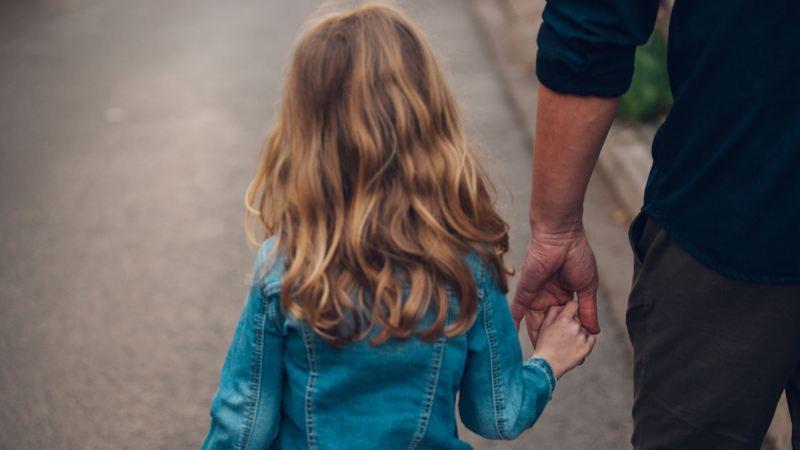 padre e hija con un volkswagen caravelle