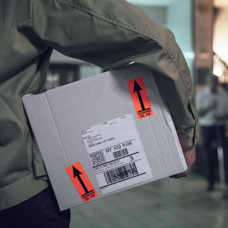 hombre llevando una caja