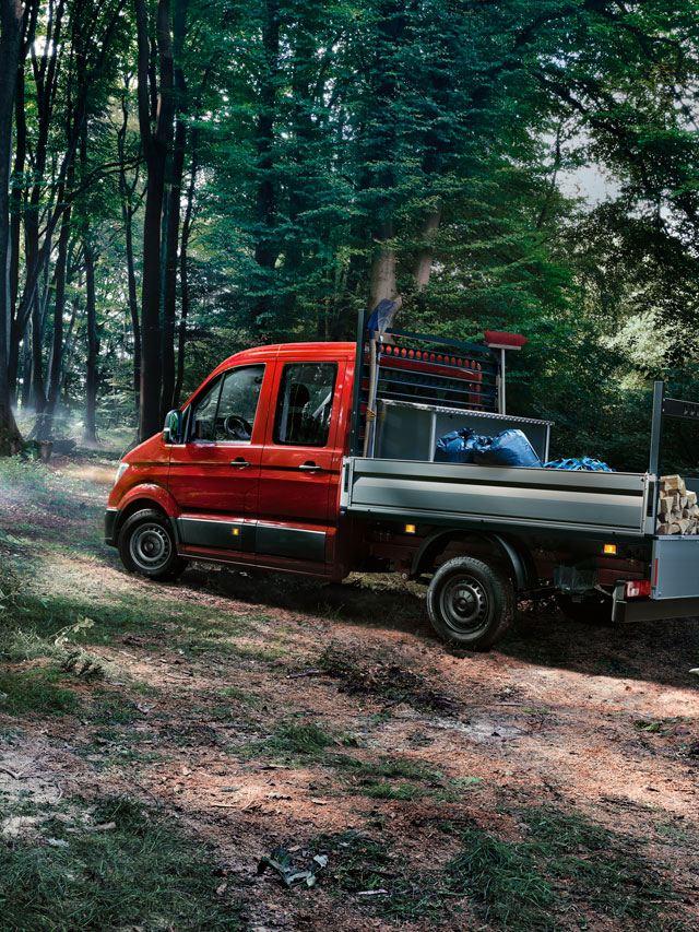 crafter chasis diseño exterior en bosque cargando madera