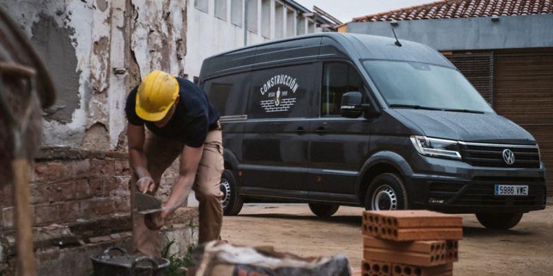 volkswagen profesionales hombre trabajando delante de un furgon