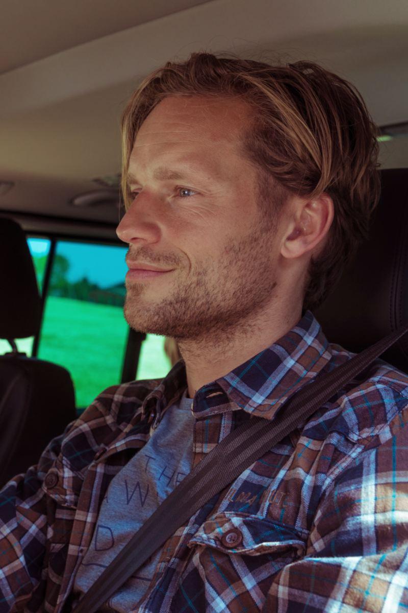 hombre conduciendo un volkswagen multivan