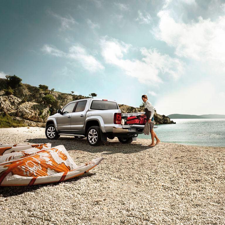 volkswagen renting amarok con hombre en la playa