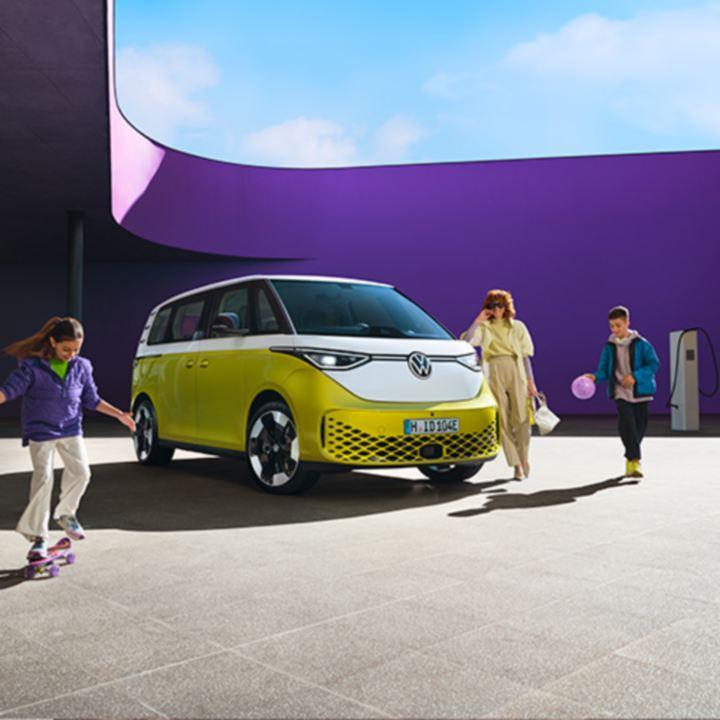 volkswagen electrico id buzz en una carretera de montaña