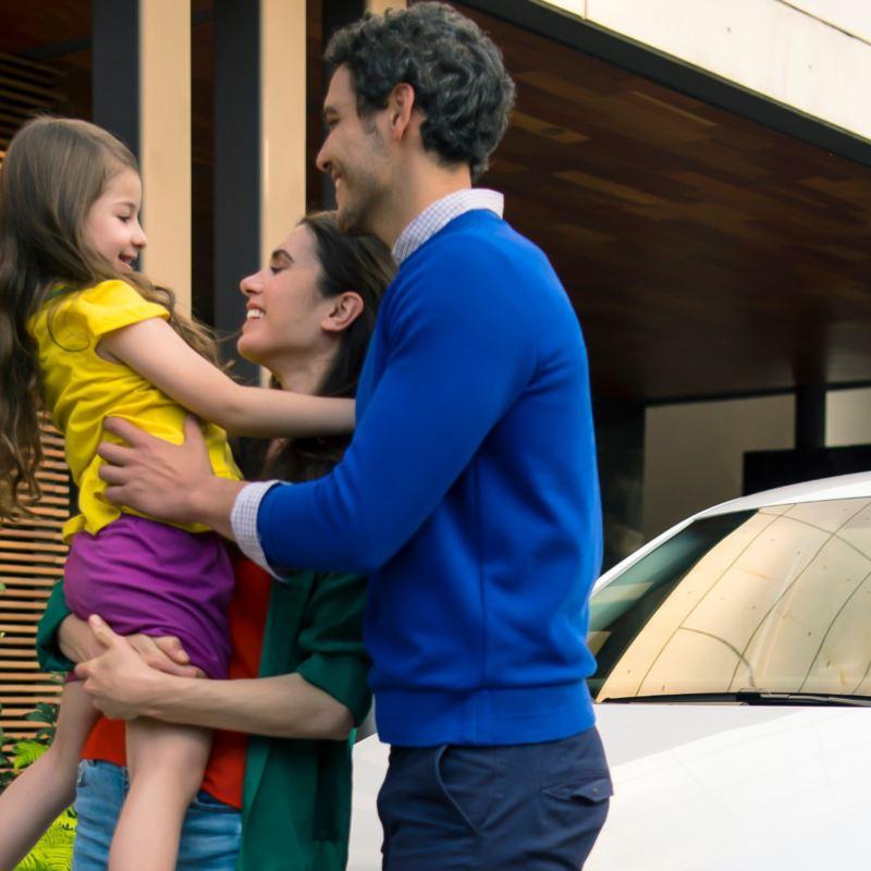 Cómo limpiar auto durante contingencia por Coronavirus - Padres e hija frente de carro familiar Volkswagen