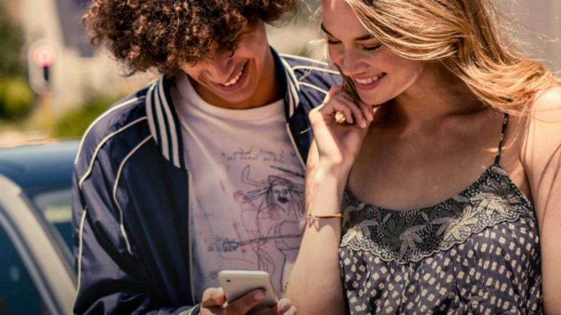Connect, un couple regardant un smartphone