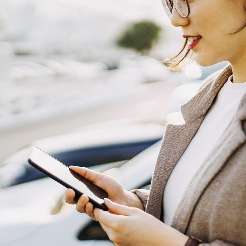 Una donna ottiene maggiori informazioni sulle auto aziendali Volkswagen tramite i Contatti Business