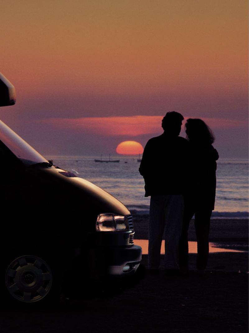 Para oglądająca zachód słońca, obok California
