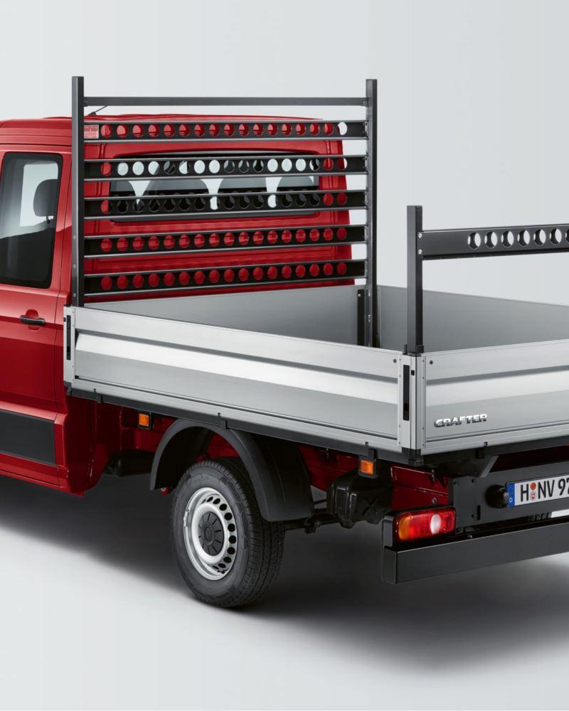Ein roter Crafter Pritschenwagen von schräg hinten.