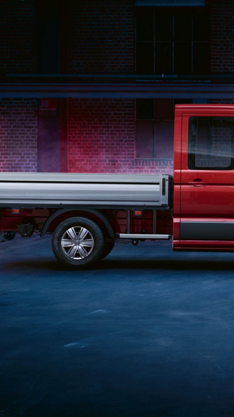 Ein roter Crafter Pritschenwagen EcoProfi in einer Fabrikhalle