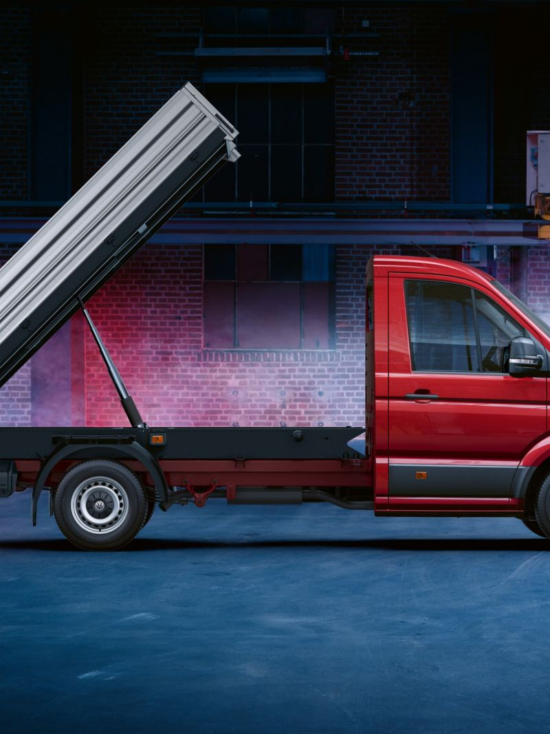 Ein roter Volkswagen Nutzfahrzeuge Crafter Kipper von der Seite.