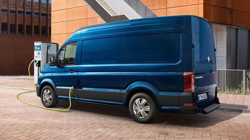 VW e-Crafter lätt lastbil elbil vid laddstation