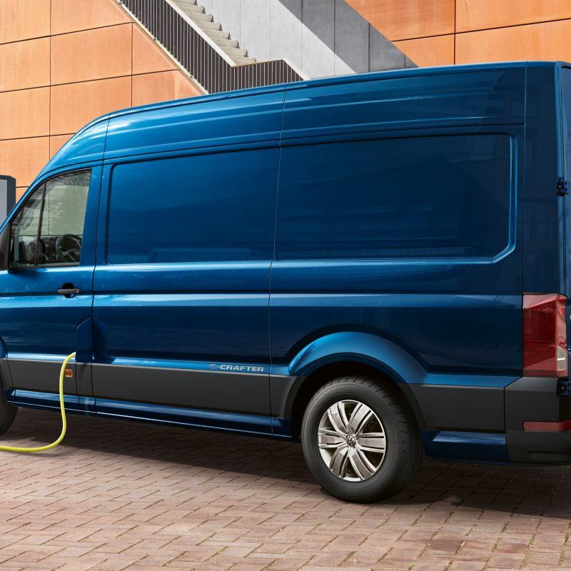 e-Crafter Volkswagen ricaricato ad una colonnina di ricarica.