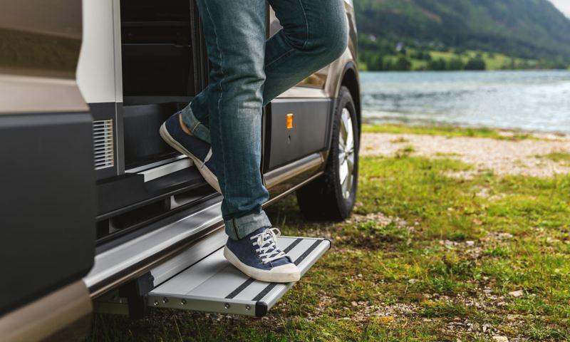 Utfällbart trappsteg i VW Grand California husbil