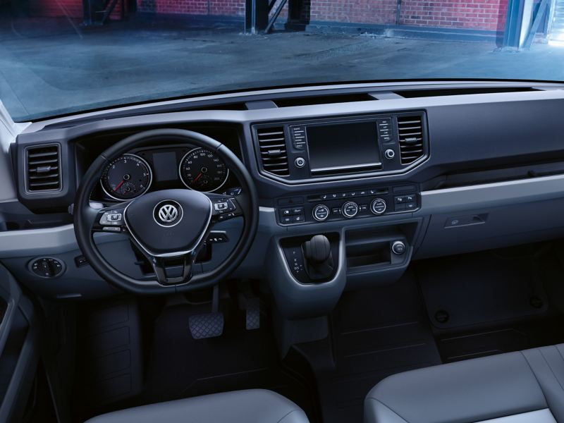 Rzut oka do kabiny kierowcy Volkswagen Crafter Furgon.