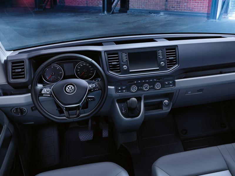 Ein Blick in die Faherrkabine des Volkswagen Nutzfahrzeuge Crafter Fahrgestell.