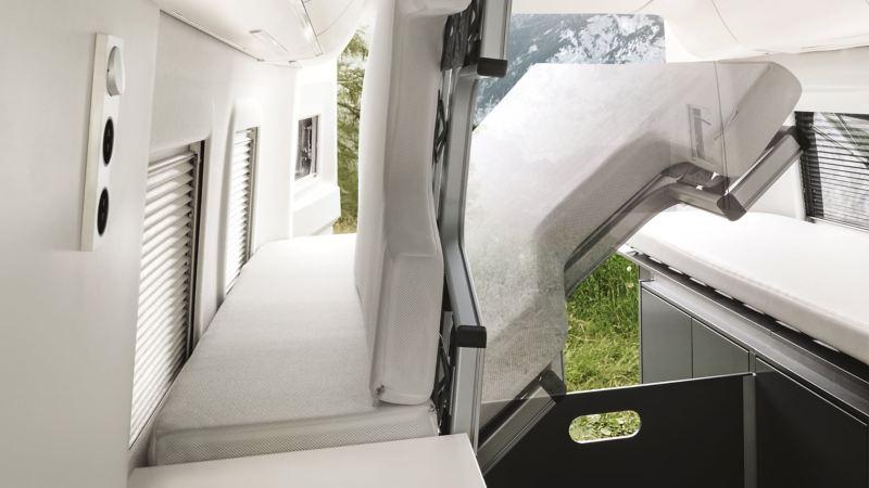 Enkelt att fälla ut och in sängen i VW Grand California husbil