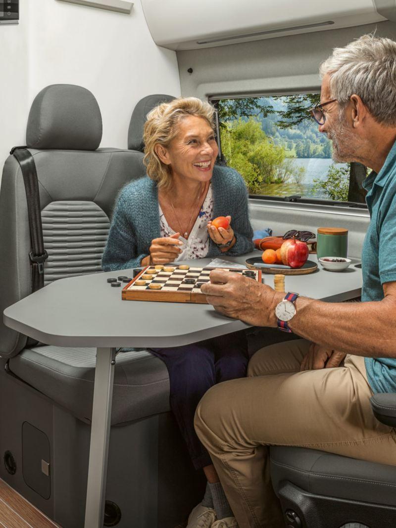 Par spelar spel i VW Grand California husbil
