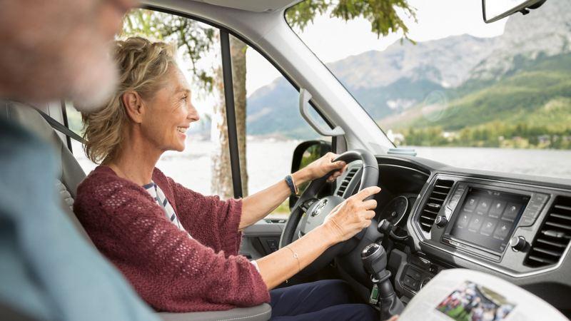 Man och kvinna kör en VW Grand California husbil