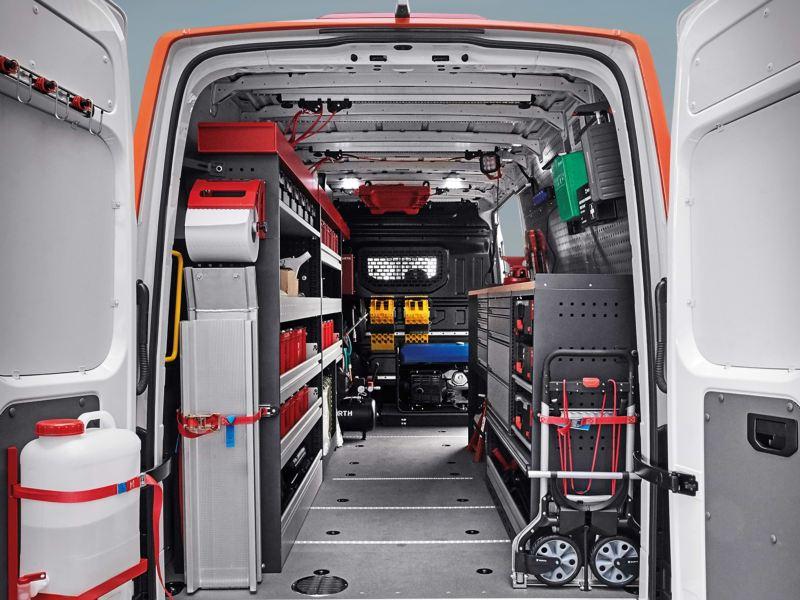 Ein zur Werkstatt ausgebauter Innenraum eines Volkswagen Crafter Kastenwagens.