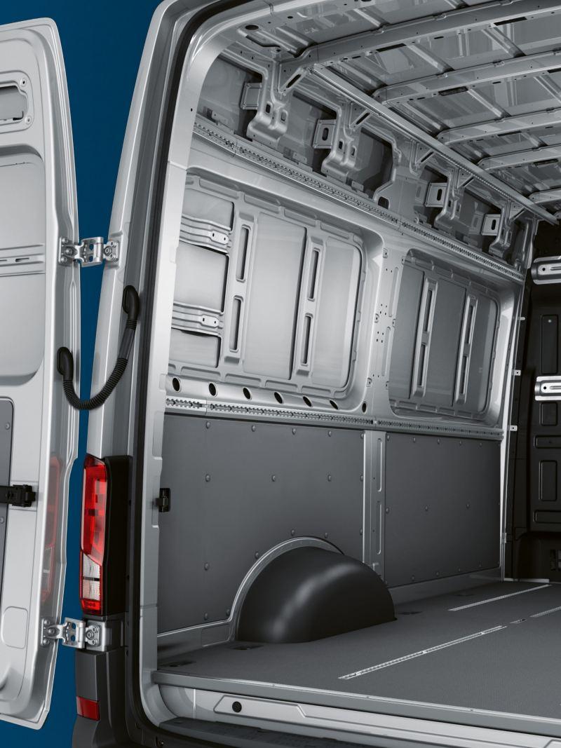 E-Crafter z tyłu po przekątnej. Przez otwarte tylne skrzydła drzwi widać przestrzeń ładunkową.