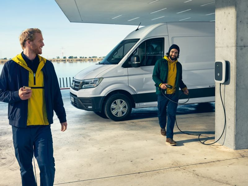 Volkswagen e-Crafter eldriven lätt lastbil vid laddstation