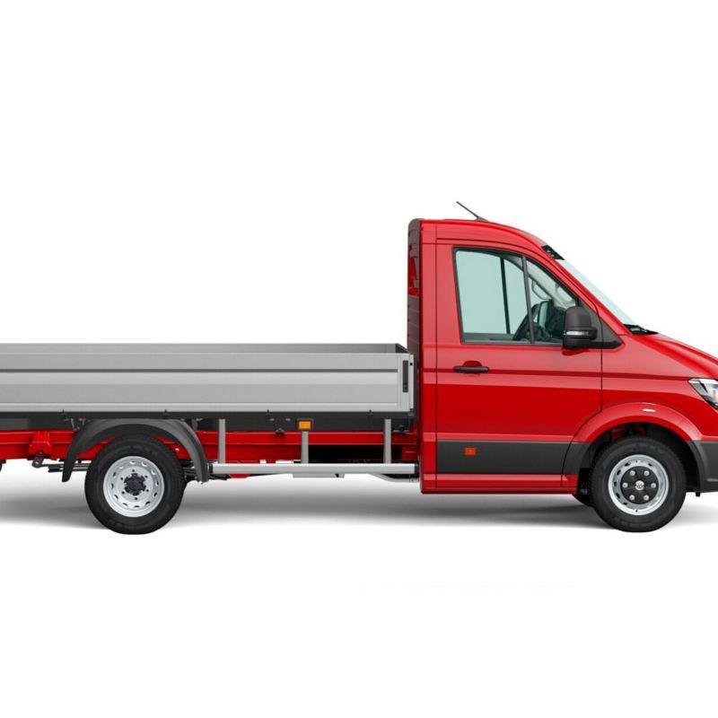 Punainen Volkswagen Crafter-avolava kuvattuna sivulta