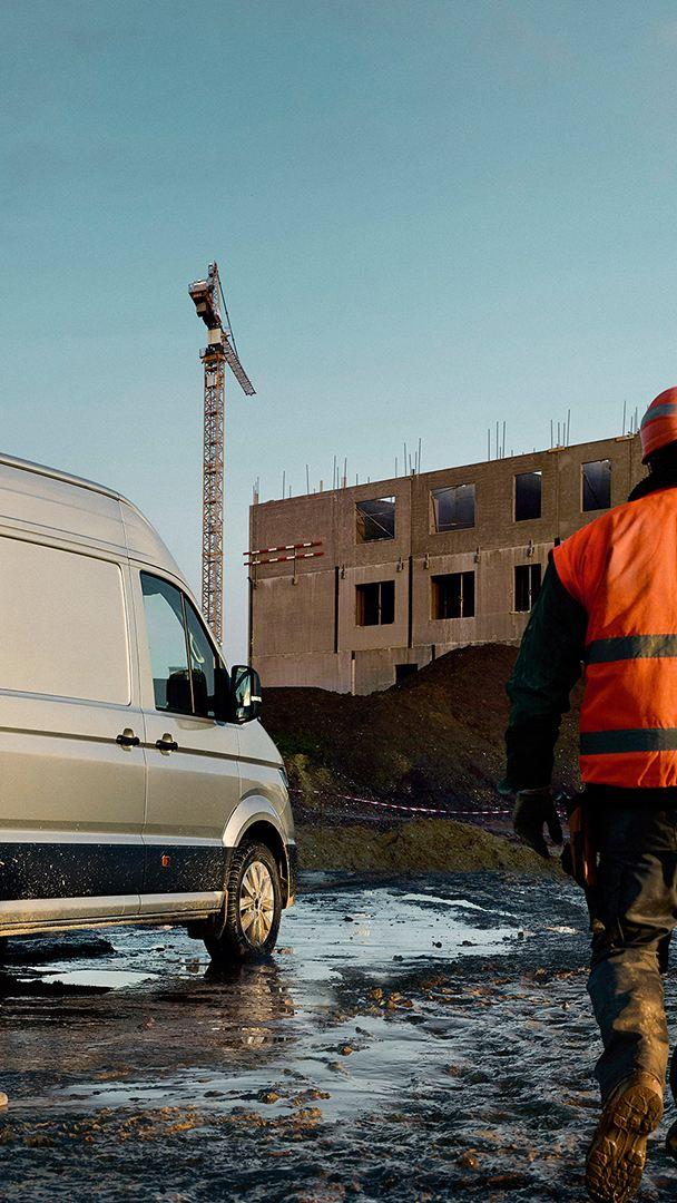 De Volkswagen Crafter Bestelwagen op een bouwwerf.