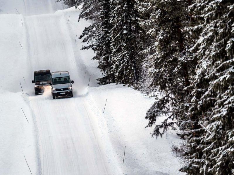 Crafters på snöiga skogsvägar