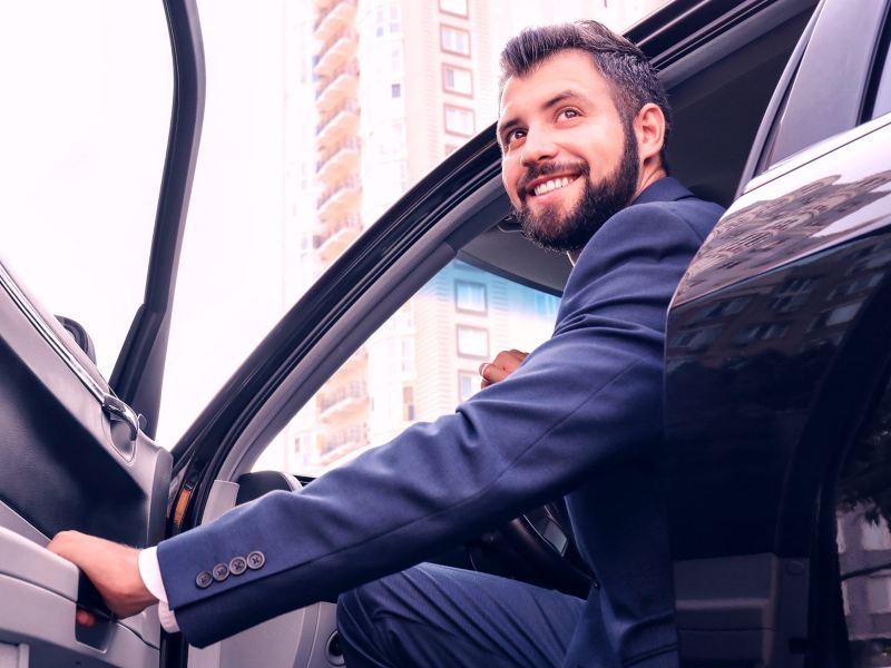 Empresario en carro obtenido con crédito financiero automotriz para empresas de Servicios Financieros Volkswagen